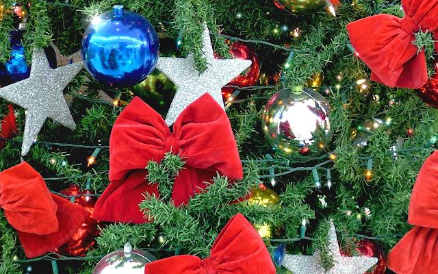 Kerstversiering met strikken en sterren
