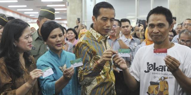 Kelakuan kurir JNE buang ratusan kartu program unggulan Jokowi