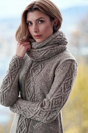 Связанный спицами женский пуловер с аранами.