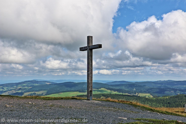 """Gipfelkreuz auf dem Berg """"Belchen"""" im Schwarzwald"""