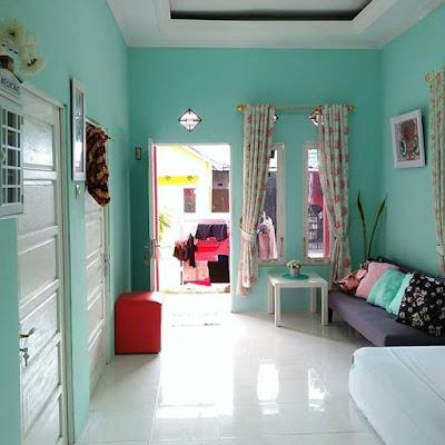 desain ruang tamu yang menyatu dengan ruang keluarga