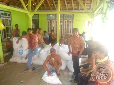 FOTO 3 :   Tim penerimaan beras dan kue.
