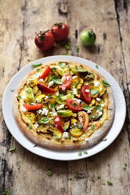Notre pizza aux légumes rôtis aux tomates fraîches et aux herbes...