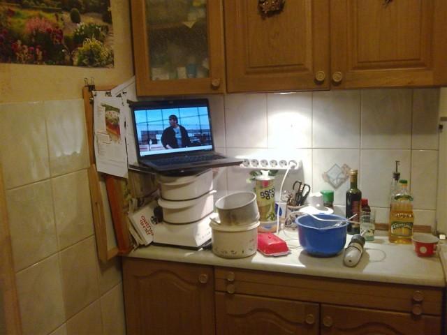 Ноутбук на кухне сейчас упадет