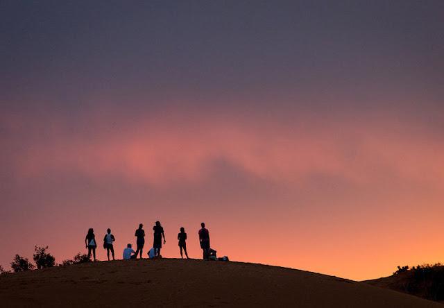 Grupo observa o por do sol
