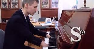 Joven no tiene manos pero toca el piano a nivel Dios