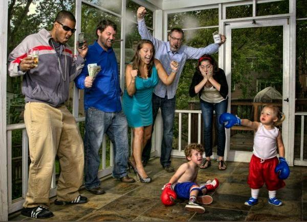 Humor de niños boxeando.