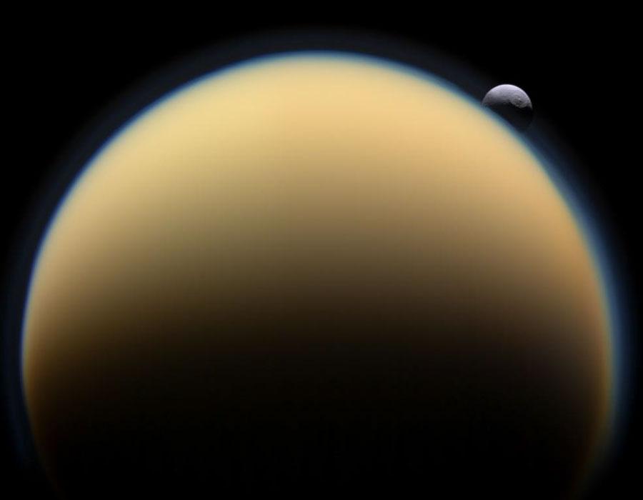 El anaranjado Titán visto desde la nave Cassini, con la luna Tetis de  Saturno al fondo f999bc4fc2