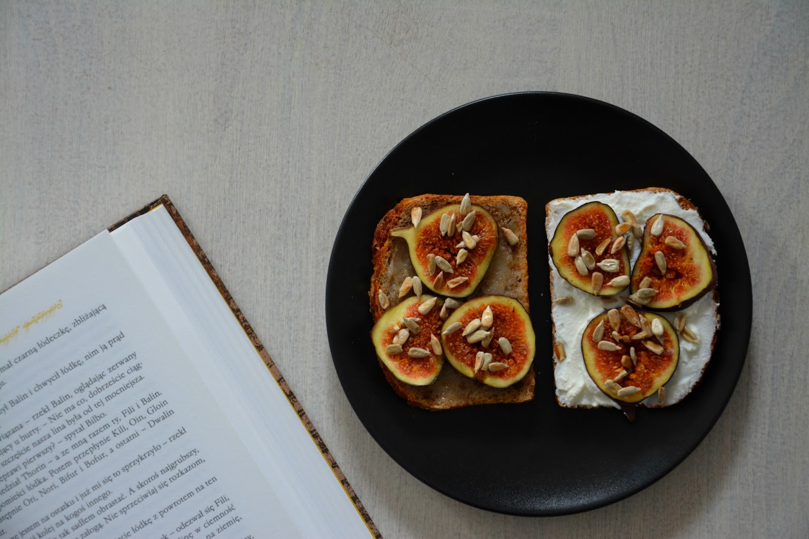 pełnoziarnista kanapka z figą i miodem