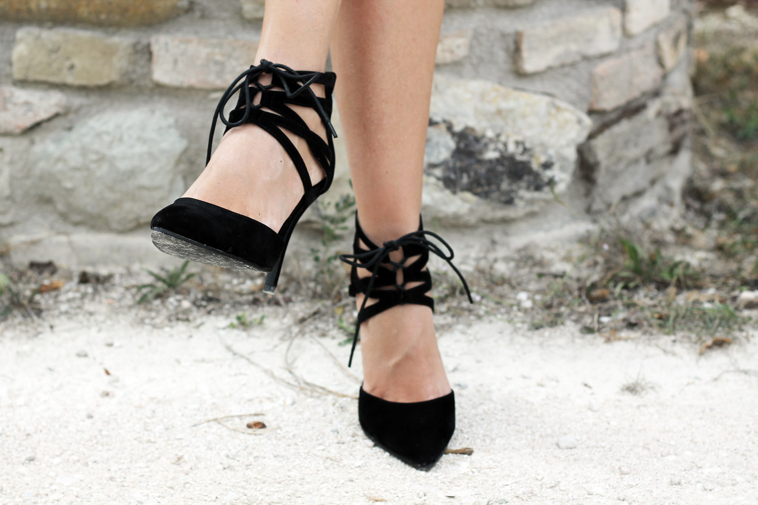 black-pointed-heeled-lace-up-pumps