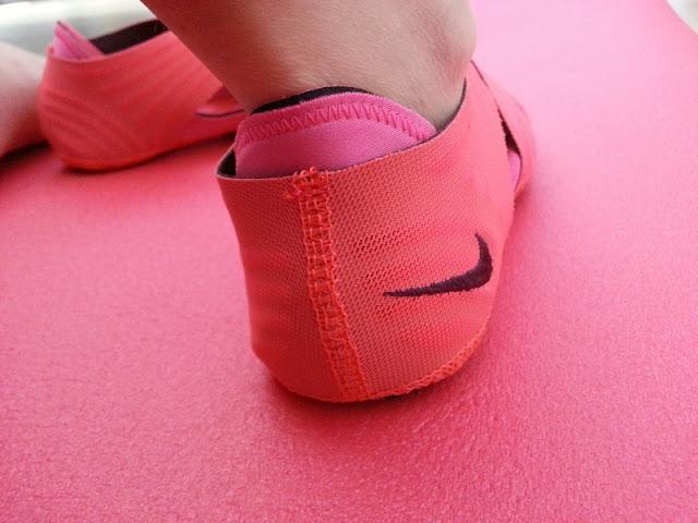 chaussons de yoga nike wrap roses