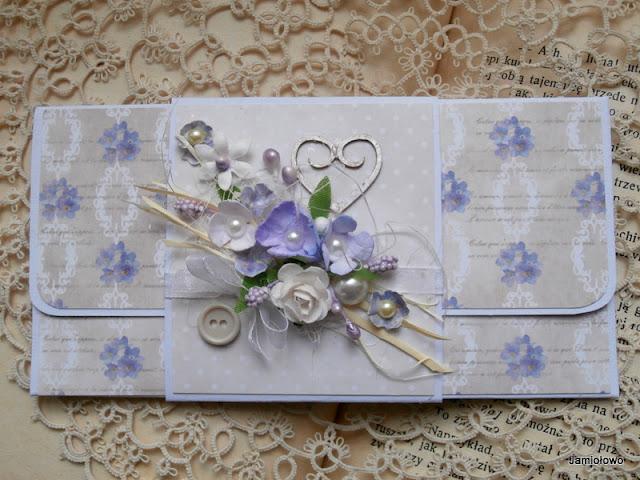 kompozycja kwiatowa na opasce kopertki