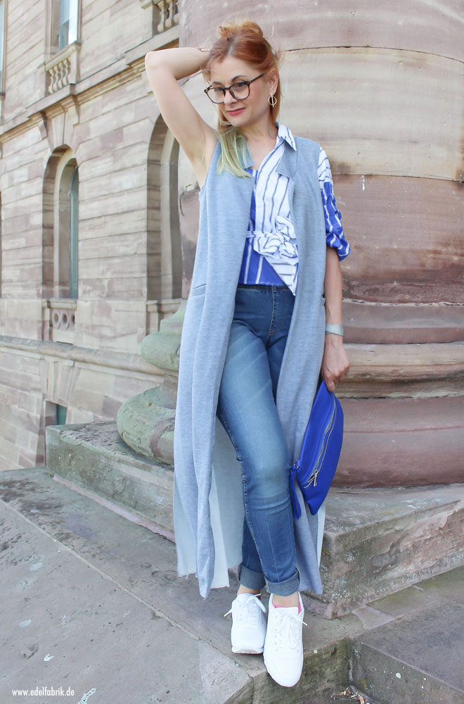 Bluse in blau weiß gestreift, asymetrischer Schnitt, weiße Sneaker