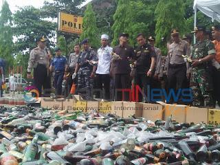 Jelang Natal dan Tahun Baru Masehi Polres Sukabumi Musnahkan Ribuan Botol Miras