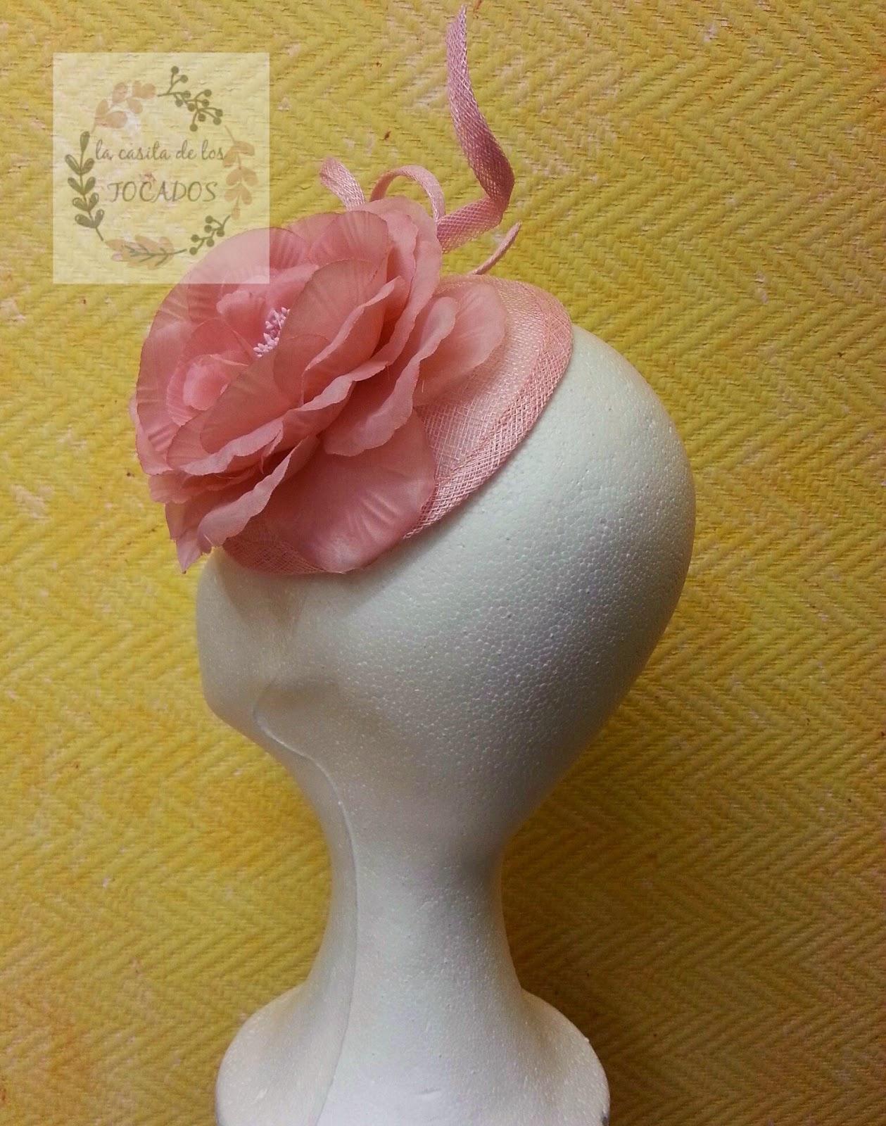 tocado en color rosa con flor y base de sinamay redonda de 14 cm de diámetro