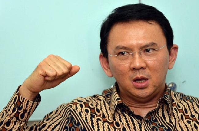 Gubernur DKI Jakarta Basuki Tjahaja Purnama (Ahok) melarang sekolah siswanya memakai jilbab