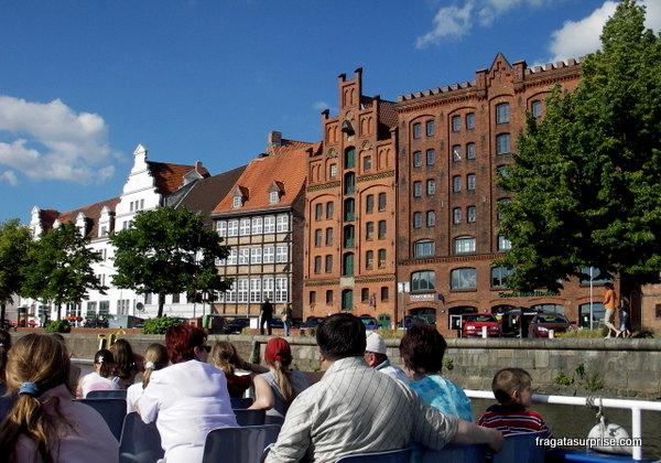 Passeio de barco no Rio Trave em Lübeck, Alemanha