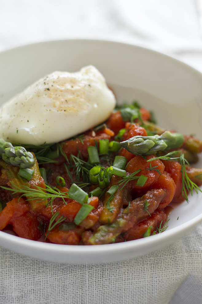 młode warzywa w pomidorach ze szparagami i jajkiem