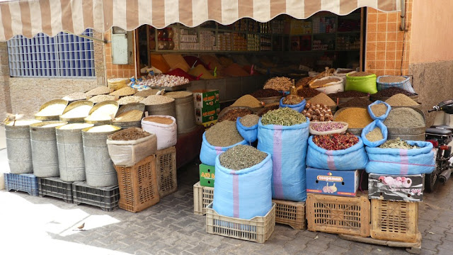 Souk in Marrakesch - Gewürze, Bohnen, Nudeln