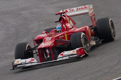 Biografi Fernando Alonso Díaz     Fernando Alonso Díaz, akrab disapa Nando, lahir di Oviedo, Asturias, Spanyol, 29 Juli 1981; umur 30 tahun) adalah seorang pembalap Formula Satu asal Spanyol. Ia sempat menjadi juara dunia termuda sepanjang sejarah F1 saat merebut gelar tahun 2005 dalam usia 24 tahun dan 59 hari, sehingga memecahkan rekor berumur 33 tahun milik Emerson Fittipaldi yang berusia 25 tahun dan 273 hari ketika meraih gelar juara dunia di musim 1972. Rekor tersebut dipecahkan Lewis Hamilton pada musim balap 2008 dan kemudian dipecahkan lagi oleh Sebastian Vettel di musim 2010. Alonso juga sempat menjadi pembalap termuda yang pernah menjuarai grand prix dan meraih pole position, masing-masing pada seri GP Hungaria 2003 dan GP Malaysia 2003, sebelum dipecahkan oleh Sebastian Vettel pada GP Italia 2008. Ia juga merupakan juara dunia F1 yang pertama dari Spanyol.  Alonso mulai membalap dengan gokart pada umur 3 tahun. Ia lalu menjuarai kejuaraan gokart Spanyol pada tahun 1994-1997, dan sempat menjadi juara dunia gokart pada tahun 1996. Ia kemudian memulai debutnya di ajang balap F1 pada musim 2001 bersama tim Minardi, dan kemudian pindah ke tim Renault sebagai test driver pada tahun berikutnya. Mulai