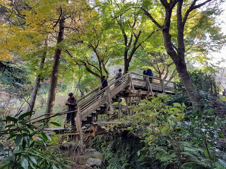 跨過木橋往寺內走