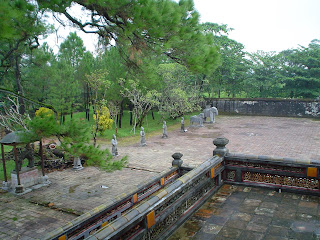 Statue nel cortile della Tomba dell'imperatore Minh Mang a Hue
