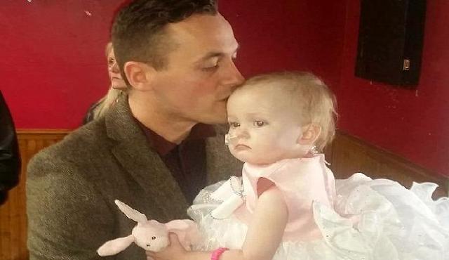 """Ραγίζει καρδιές: Πατέρας """"παντρεύεται"""" την 16 μηνών κόρη του - Είχε μόνο δυο ημέρες ζωής"""