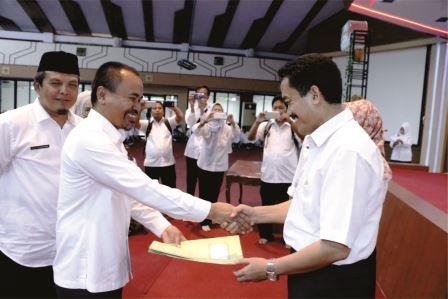 Penyerahan SK Pengalihan Status Kepegawaian PNS Daerah Kab. Subang