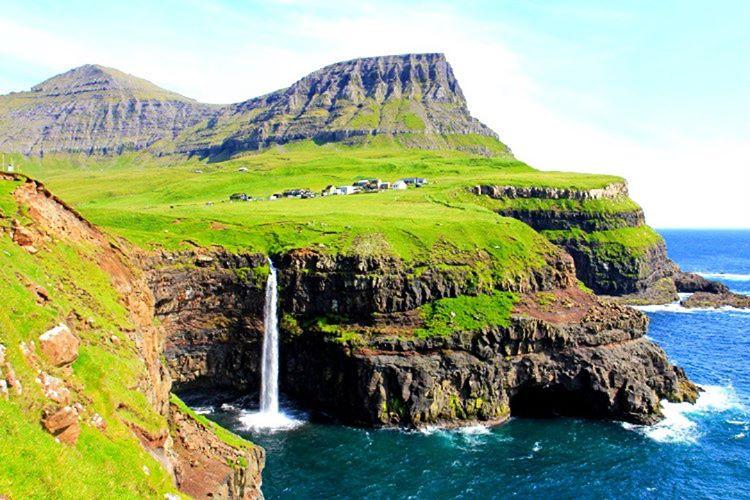 İzlan'da ve İskoçya arasında yer alan Faroe Adaları yukarı doğru akan şelalelere sahiptir.