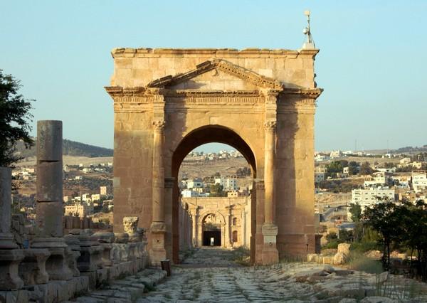 Tetrapylon Norte con la Puerta Norte al fondo (Jerash, Jordania)