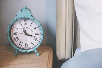 Despertador viintage al lado de la cama