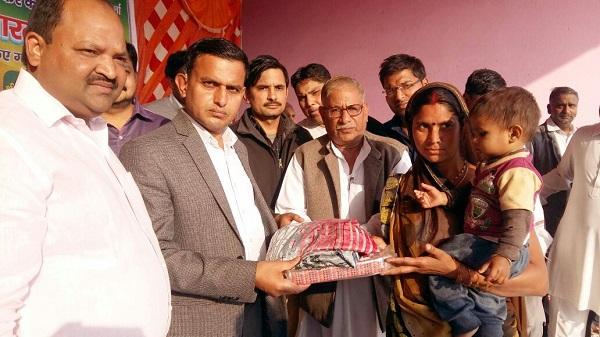 सर्दी बढ़ी तो सेवा भारती ने डीसी के हाथों 5200 जरूरतमंद लोगों को बांटे कपडे