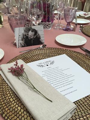 Una mesa decorada para un evento, repleta de detalles