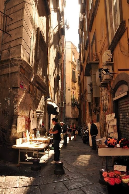 http://bluepueblo.tumblr.com/post/61405715687/outdoor-book-store-naples-italy-photo-via-e  rna