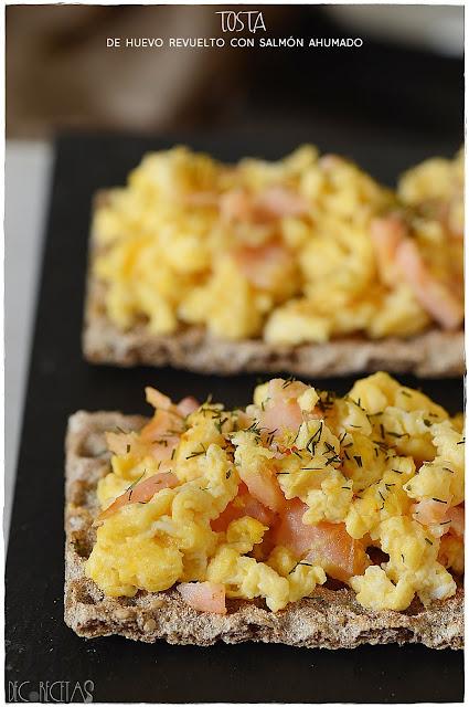 Tosta de huevo revuelto con salmón ahumado
