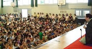 学校で開催された三遊亭楽春の笑って学べる講演会(落語鑑賞会)の風景です。