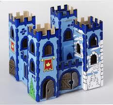 Castillo hecho con cartón reciclado para tarea escolar