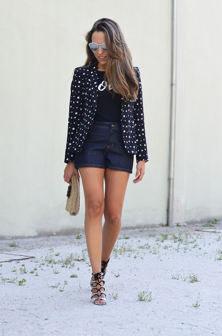 Streetstyle - Denim shorts and star print jacket