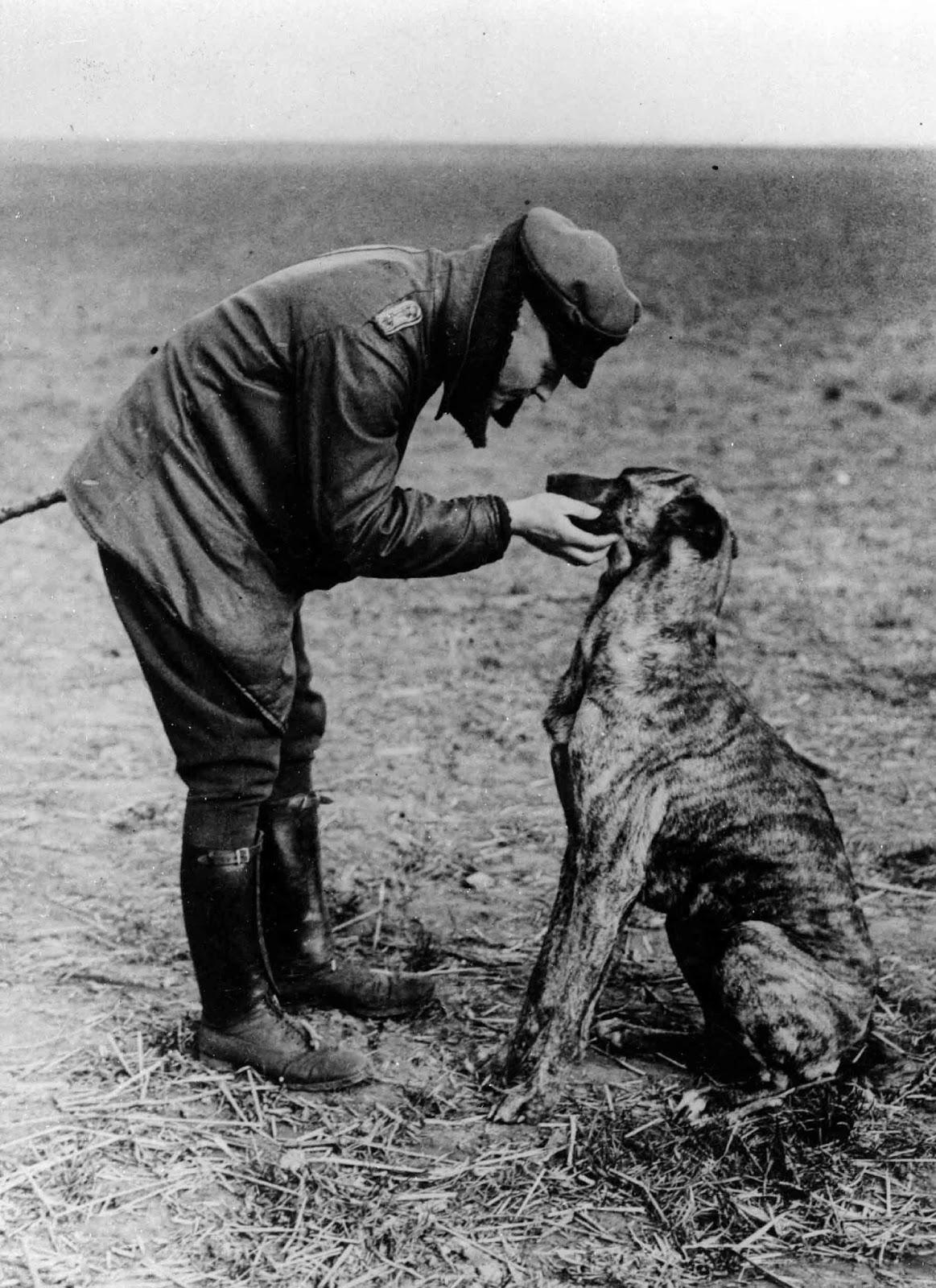 Manfred von Richthofen su perro Moritz, hacia 1916.