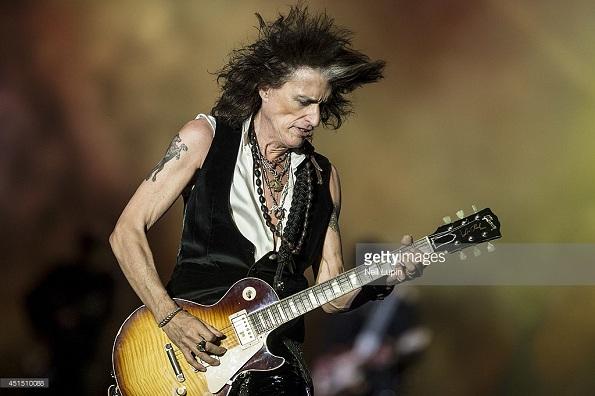 Gitaris Aerosmith Joe Perry Pingsan di Tengah Konser