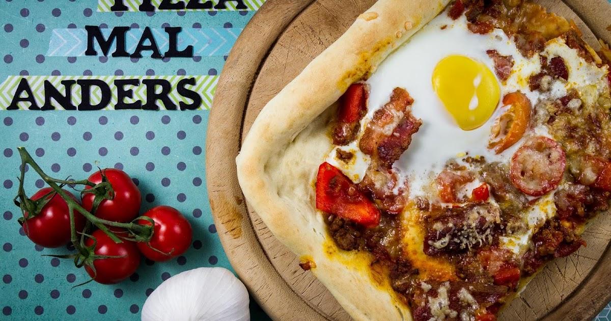 Pizza mit Speck und Ei
