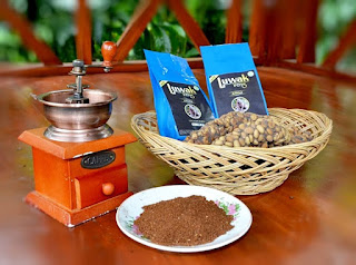 Selekasnya tangan-tangan terampil tidak pernah berhenti tuk memilah biji kopi. Lalu di sisi lain, mereka pun biasa menghasilkan Kopi Luwak yang legit dan istimewa. Salah satunya tersedia diantara kaki Gunung Raung dan Gunung Ijen.   Pak Imam Mukhlisin adalah pemilik dari lahan kopi seluas 2 hektar di Dusun Krajan, RT 2 RW 2, Desa Tlemung, Kecamatan Kalipuro, Kabupaten Banyuwangi. Dimulai pada bulan Agustus 2012, Kimmy Omah Kopi diterbitkan guna menghasilkan racikan kopi dengan resep khusus untuk masyarakat luas.   Perkebunan kopi milik keluarga Pak Imam Mukhlisin juga menyediakan sebuah rumah singgah atau home stay bagi tamu yang berniat tinggal untuk beberapa waktu. Dari sini para tamu dipandu oleh pemandu bila ingin berjalan-jalan ke area perkebunan. Setelah itu, mereka pun diajak untuk mengamati proses penggilingan kopi, pemilihan biji kopi, sampai pemanggangan kopi. Dan juga merasakan beberapa olahan makanan tradisional yang telah dihidangkan.