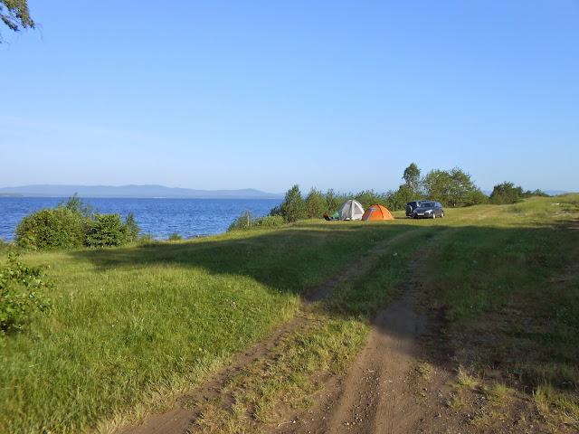 Палатки на фоне озера Иртяш