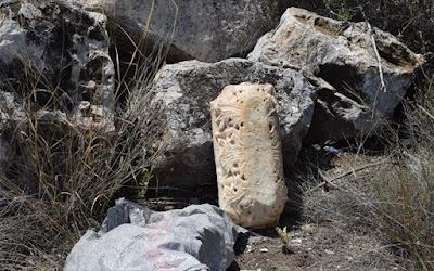 Αρχαιοκάπηλοι έκρυψαν αρχαία επιγραφή μεγάλης αξίας ανάμεσα σε πέτρες