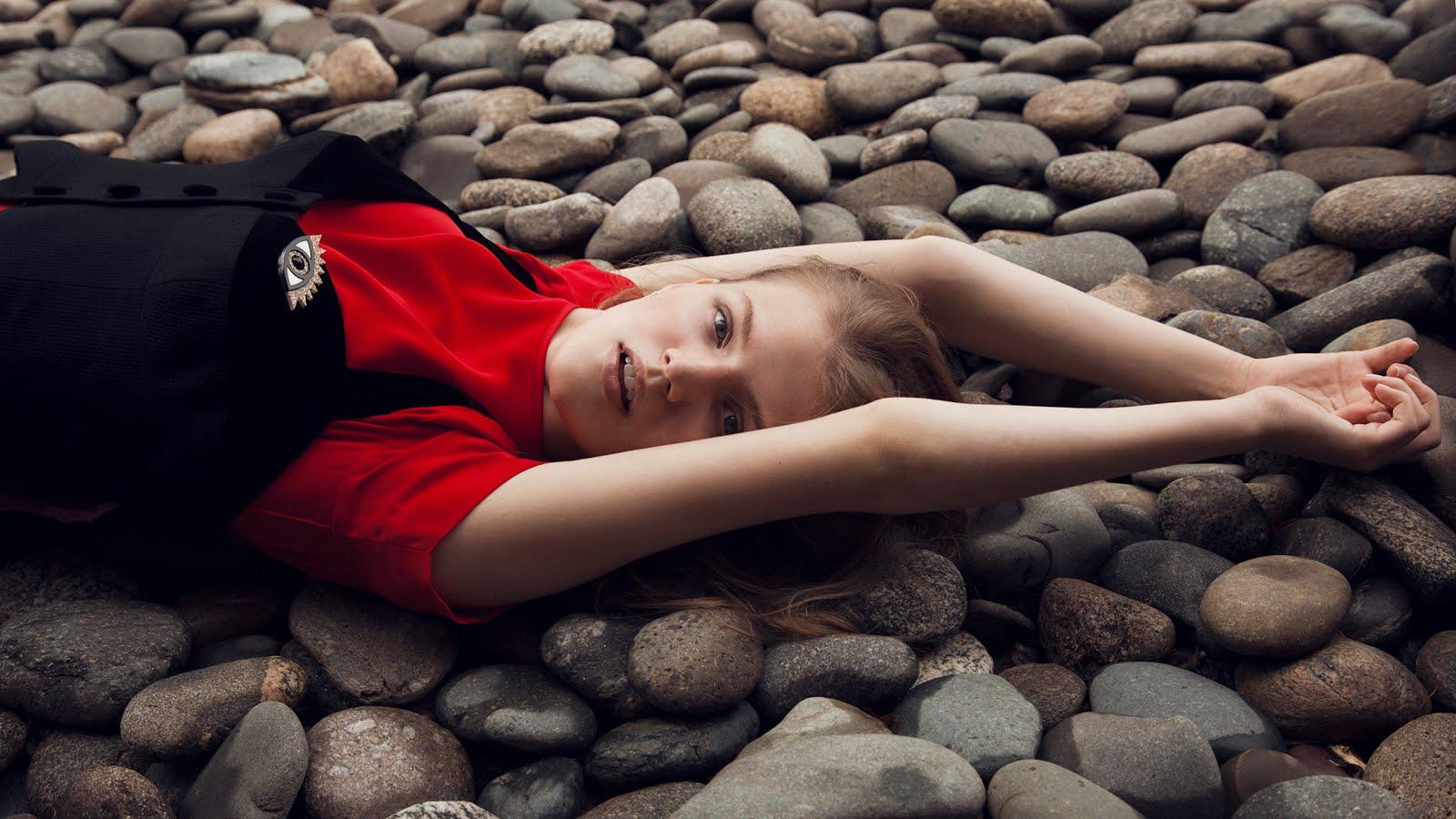 девушка на пляже, шоу рум RED, выдача вещей на съемки
