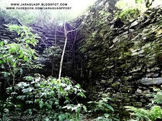 Foto 1: muro remanescente de antiga pedreira localizada no bairro Jaraguá