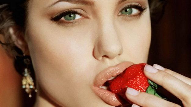 Tẩy tế bào chết cho đôi môi căng mọng như dâu tây