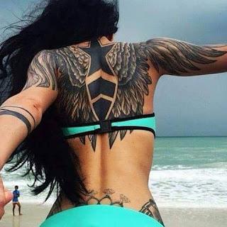 tatuaje de mujer con alas en la espalda