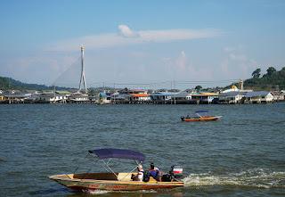 Au fond les maisons du village flottant et le nouveau pont reliant les 2 parties de Brunei