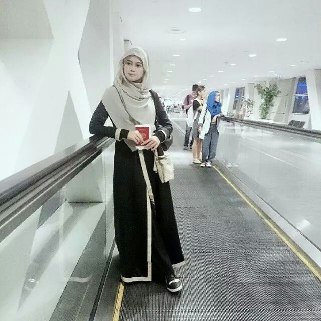 Koleksi Gambar Foto Muslimah Yang Baik. Ia hanyalah tentang tatacara pemakaian. Cara muslimah berpakaian yang tidak berlebih-lebihan.